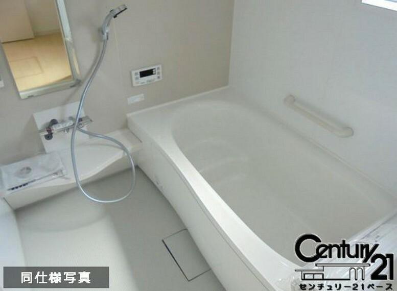 同仕様写真(内観) ■床は水ハケが良く、乾きやすいのでカビの発生も軽減!嬉しい浴室暖房乾燥機付です!■
