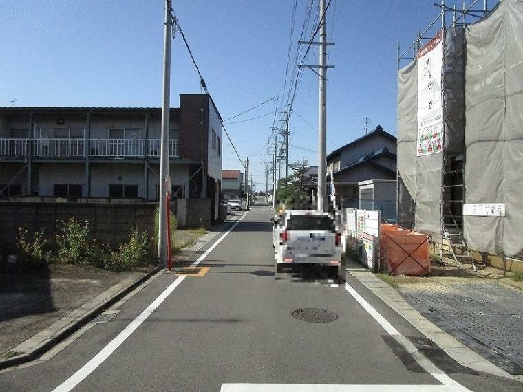 現況写真 南西側前面道路(幅員約5.25m) (2021年10月9日撮影)
