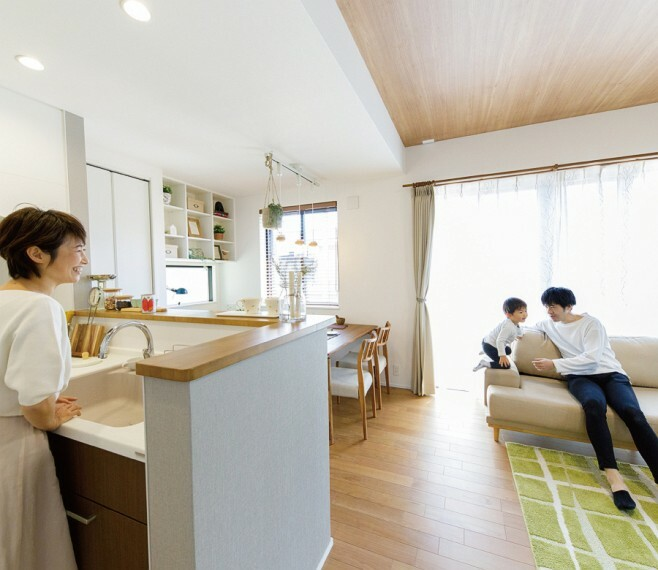 キッチン 【ハイオープンキッチン】  視界に広がりを生むオープンなキッチン。料理や後片付けをしながら家族との会話を楽しんだり、リビングで遊ぶお子さまの姿を見守ることができます。