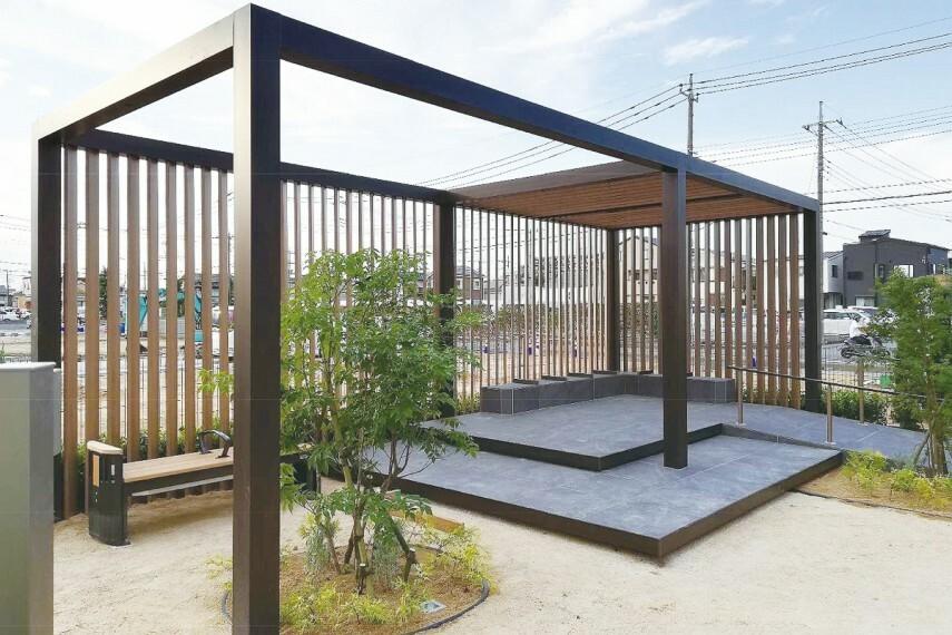【コミュニティを育む公園】  街の住人やこのエリアに暮らす人々が気軽に集える分譲地内公園。テラスを中心に健康遊具も設置されているので、巣ごもり生活の運動不足解消にも役立ちます。