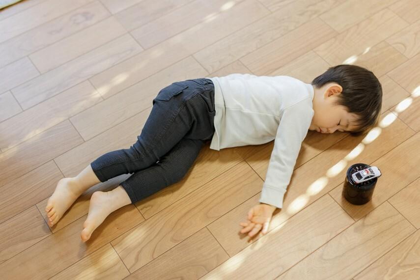 冷暖房・空調設備 【床暖房】  住まいの空間を快適にしてくれるガス温水式床暖房。床からの輻射熱を利用して室内を暖めるので、温度ムラが少なく健康的な暖房です。足元からじんわりと温めてくれます。※LDのみ