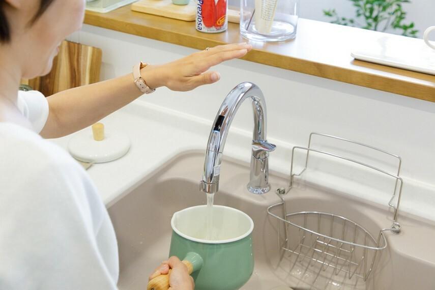 【キッチン用タッチレス水栓】  吐水口の先端に手をかざすだけの楽々操作。汚れた手で触れずに済むので、水栓まわりを汚すことがありません。また、操作時に検知音が出るので、耳でも操作を確認できます。