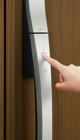 防犯設備 タッチキー(玄関ドア)  リモコンキーをバッグに入れたまま、ワンタッチで玄関ドアを施錠・解錠できます。荷物で手が塞がっている時や、夜間の帰宅時もスムーズに家に入ることができます。※号棟により採用状況が異なります。