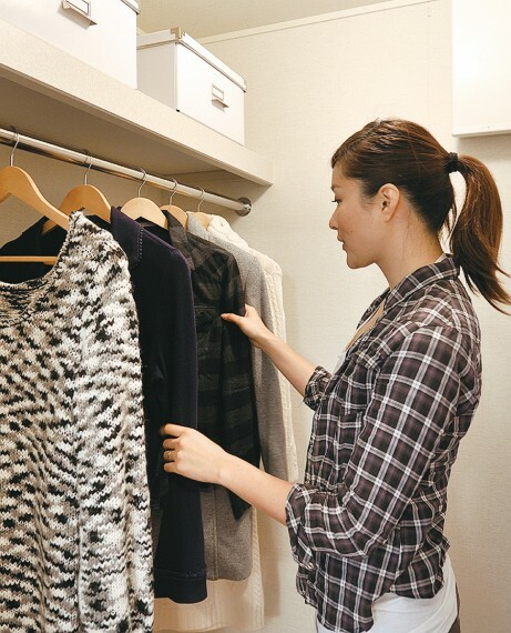 収納 【ウォークインクローゼット】  衣類のほかに、季節家電やトランクなどの大きな荷物を収納できるので、居住空間をすっきりとご利用いただけます。※号棟により採用状況が異なります。
