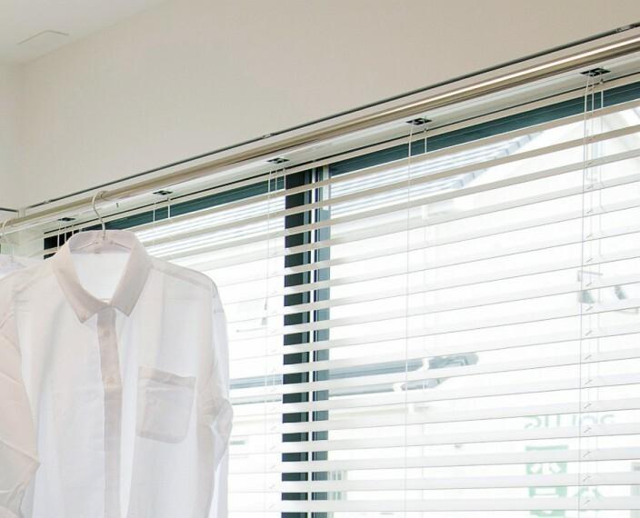 【室内物干し】  外出時や雨の日、花粉の季節などでも安心して洗濯物を干せる室内物干しを主寝室または2Fホールに設置しました。※号棟により採用状況が異なります。