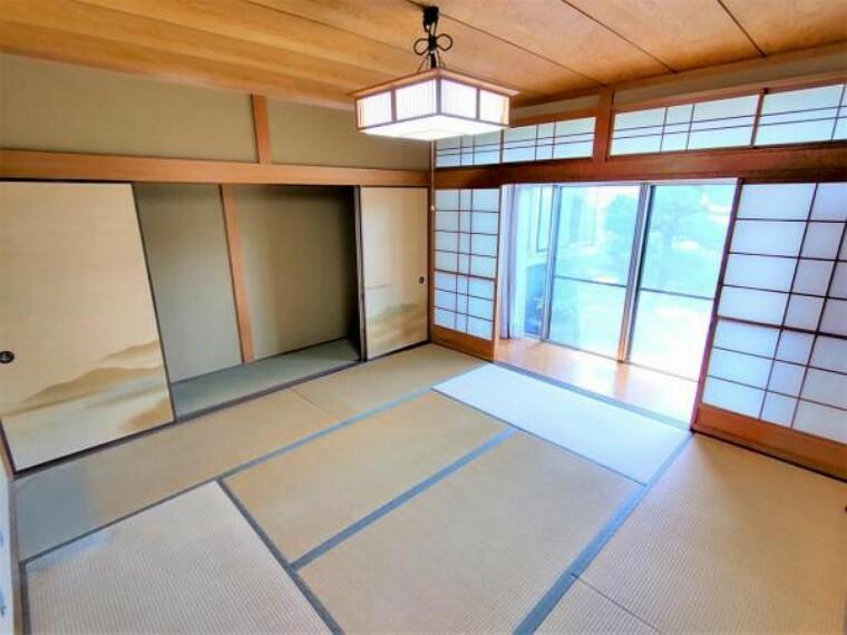 【リフォーム中】1階西側和室、別アングルです。押入は2帖と広く、棚やタンスをそのまま置くことも可能です。