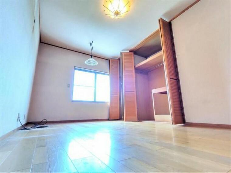 【リフォーム中】2階東側洋室です。壁と天井のクロスを張替える予定です。