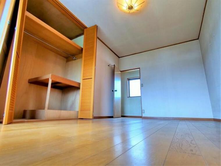 【リフォーム中】2階東側洋室、別アングルです。クローゼットが2つあるため、お子様の部屋にも、趣味がある方の部屋にもお使いいただくことができます。