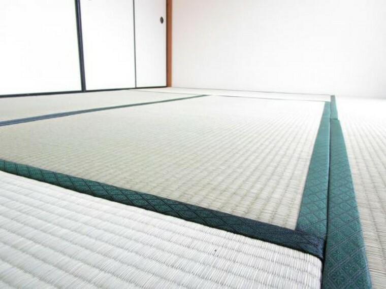 【同仕様写真】畳は表替えを行います。イグサの香りに癒されながらごろ寝が出来る和の空間は小さなお子様にもご年配の方にもくつろぎの場になるので1室あると嬉しいですね。