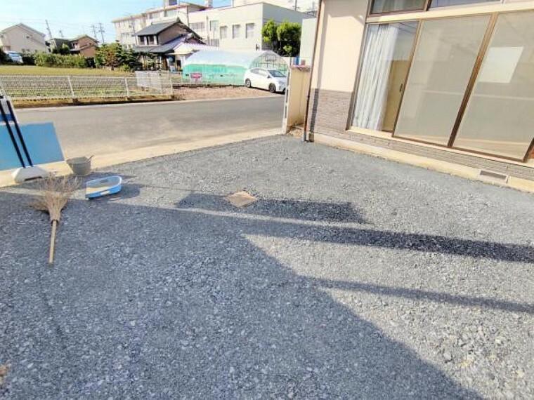 駐車場 【リフォーム中】駐車場拡張工事の写真です。並列2台止めることができるようになります。
