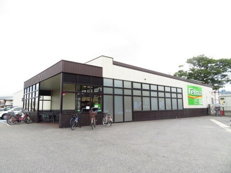 スーパー 【フェルナ 相原郷店】 営業時間 9:00~21:00 売り場が広く、買い物がしやすい! ゆったりとした平面駐車場です。