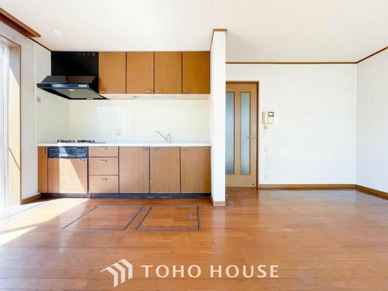 ダイニング 明るく開放的な空間が広がるLDK。室内には豊かな陽光が注ぎ込み、爽やかな住空間を演出。