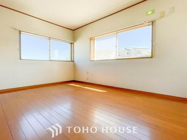 子供部屋 大きな窓からたっぷりと陽光が注がれる明るい空間。家族の成長に対応できる永住仕様の間取り。