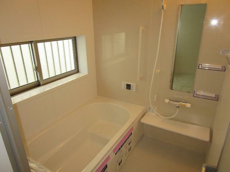 浴室 大きな窓がある浴室は換気が充分できます (2021年10月8日撮影)