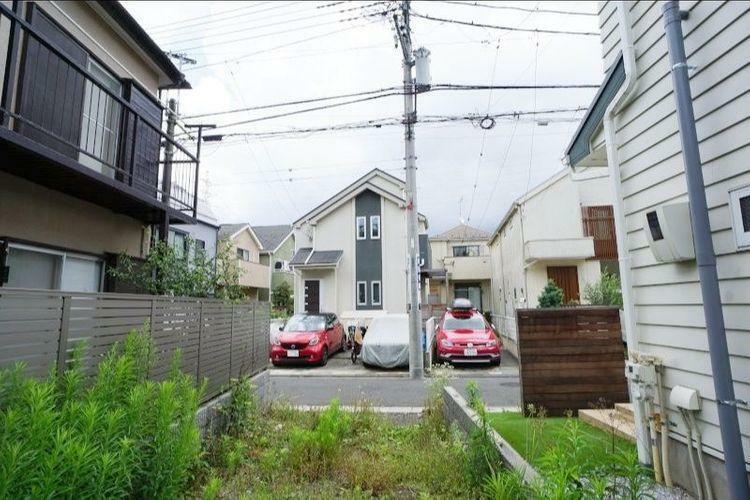 現況写真 周囲の住宅街は井の頭住所地らしい外観に拘った建物が多く、駐車しているマイカーまでかわいく見えます