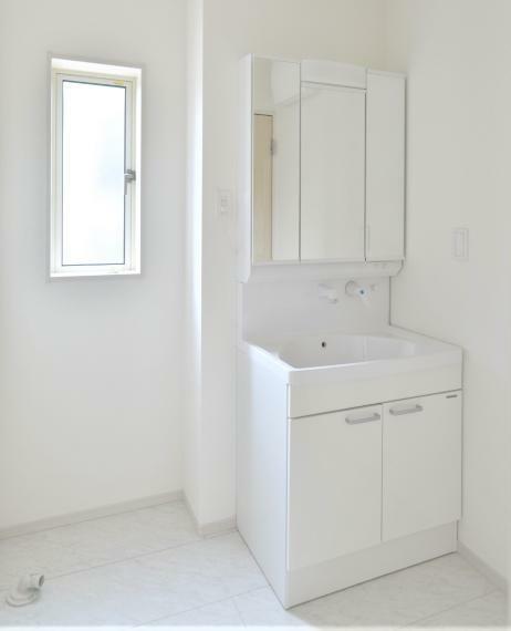 洗面化粧台 同仕様例。お手入れしやすいシャワー機能付洗面化粧台。大きな鏡と収納で朝の忙しい時間も快適に準備できます!