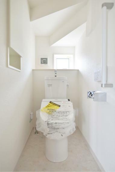トイレ 同仕様例。温水洗浄便座仕様。小窓があり明るく通気性のあるトイレ。