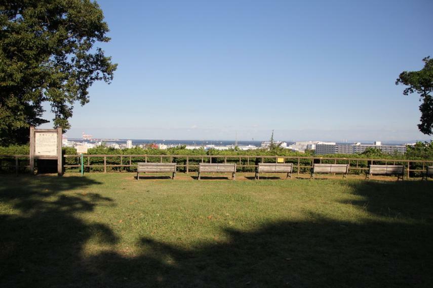 公園 【富岡総合公園】お子様と海の景色も山も景色も楽しめる開放感いっぱいの公園です。桜やイチョウもあって、秋や春など過ごしやすい陽気の休日にぴったりの公園です。
