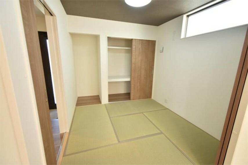 リビング隣の和室は、趣のある安らぎ空間。来訪時や家事スペースとしても重宝します