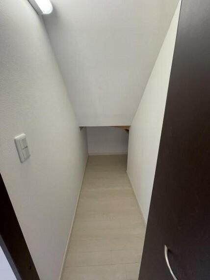 収納 【収納】階段下収納は、共用物や掃除用具入れにもぴったりのスペースです!