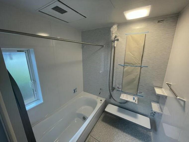 浴室 【浴室】ベンチタイプの浴槽は、満水時の水量を減らし、お子さんとの入浴の際はステップにもなります!