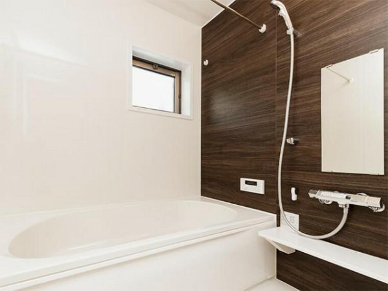 同仕様写真(内観) \同仕様写真/無駄を無くした新形状でしっかり節水。くつろぎの入り心地を実現した『らくエコ浴槽』を採用!床はクリーン床を採用しており、お風呂掃除が楽に行えます。