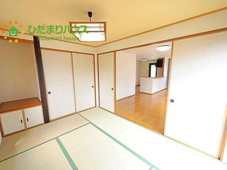 和室 扉を閉じれば来客用のお部屋として。開いて広い空間を作れば、お子様の遊び部屋として使えます!
