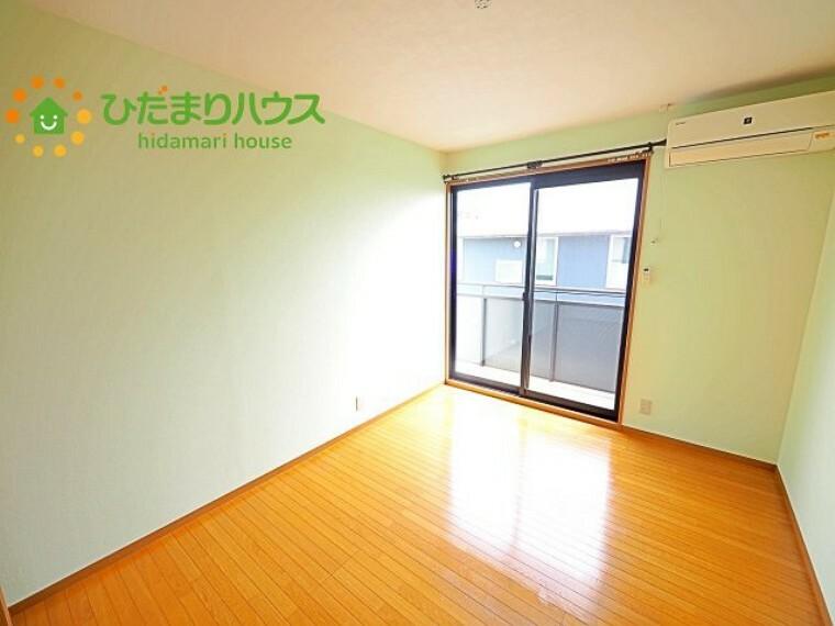 洋室 バルコニーに面している洋室は、主寝室にどうぞ(^^)/大きなベッドを置いても余裕の広さ!