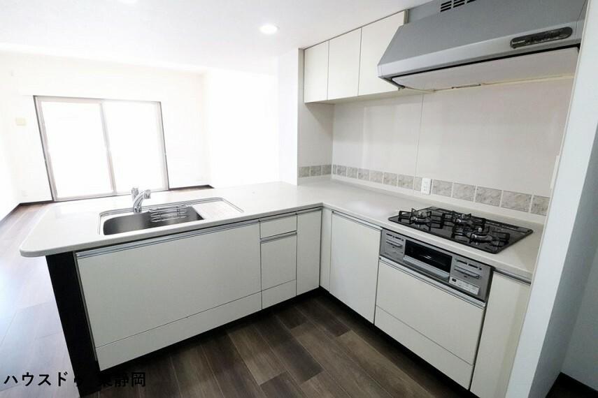 キッチン デッドスペースのないL字のシステムキッチンです。シンクだけでなく作業スペースも広く使い易そうです。