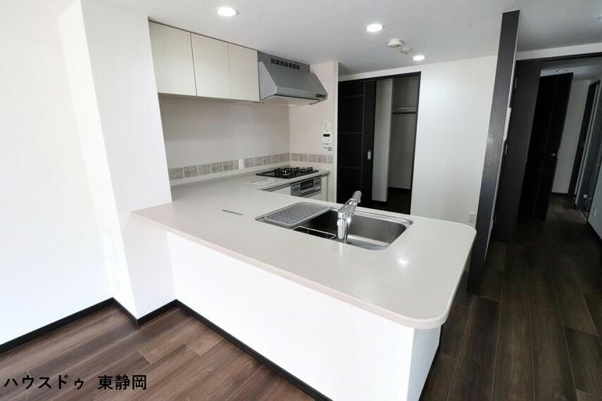 キッチン カウンター部分の広めなキッチンは、椅子を並べてカウンターテーブルとしても使えます。