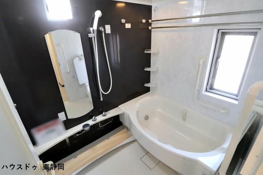 浴室 丸く可愛らしいスタイルの浴槽です。随所に手すりが設置してあり、安全に使用することができます。