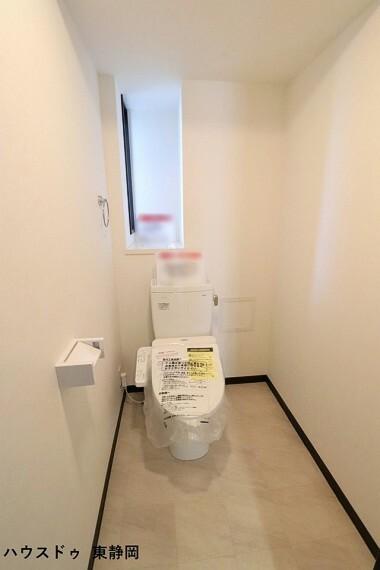 トイレ 横幅のあるトイレは、棚等を設置して快適でお好みの空間に変身させることができます。洗浄機能付き!