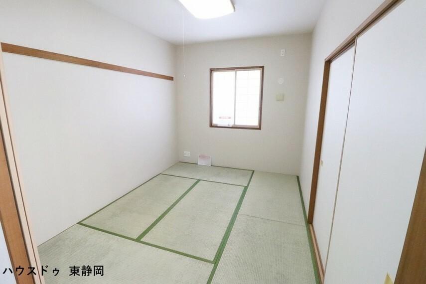 和室 5帖和室。しっかり収納できる押入れ有り!キッチン横のためお子様の遊び場等にも向いています。