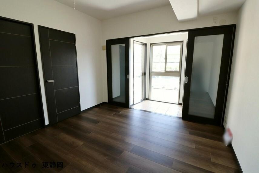 寝室 8.3帖居室。洗面所に直接出入りのできるお部屋です。南東向きのお部屋なので暖かく快適です。