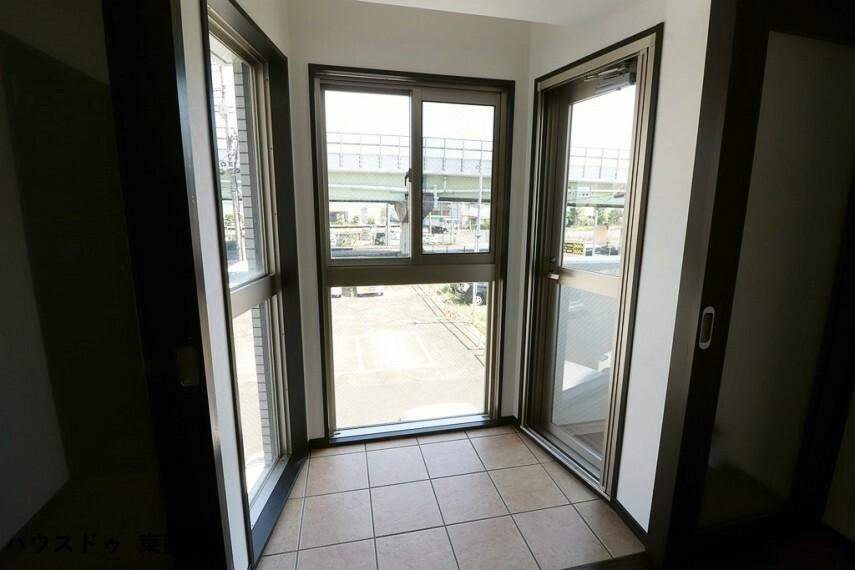 寝室 8.3帖居室。サンルームスペースがあります。使用しない時は引き戸を閉めておくことができます。