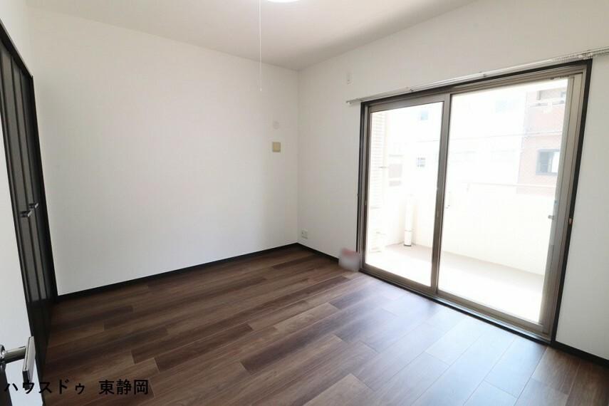 子供部屋 6.6帖居室。バルコニーへ出ることができます。布団等の大きなものも簡単に干すことができます。