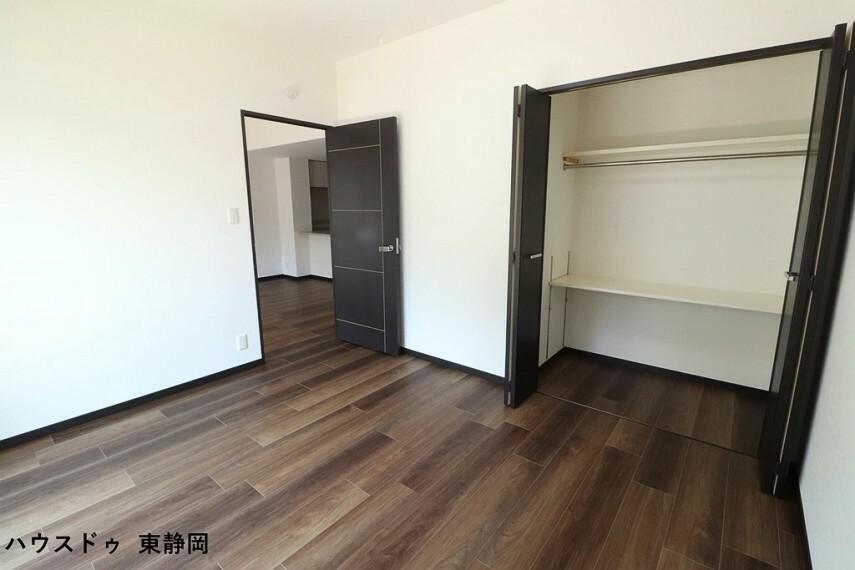 子供部屋 6.6帖居室。クローゼット内には稼働棚が設置されているため、無駄なスペース無く使用できます。