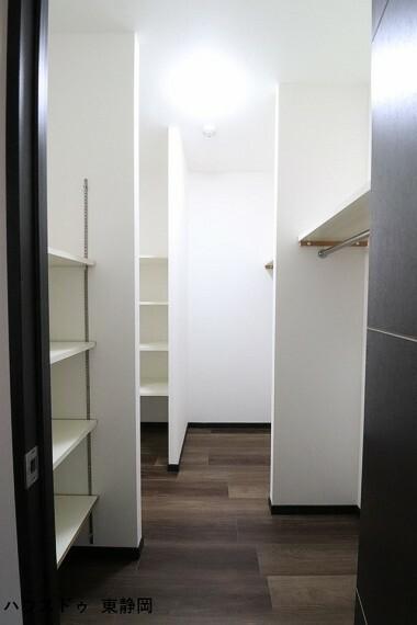 収納 奥行のあるクローゼットのため、様々な用途で使用が可能。小型の冷凍庫等を置いても良いですね。
