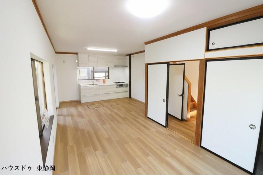 居間・リビング 約14帖のLDK。明るい色のフローリングのためお部屋も明るい印象になりますね。