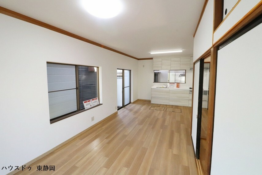 居間・リビング 南側に窓を多く設けているため、光を取り込みやすく明るいリビングになっています。