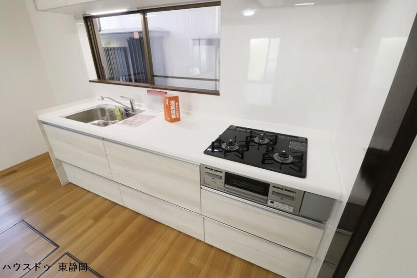 キッチン キッチンにも窓があるため、採光もあるうえに換気もバッチリです。
