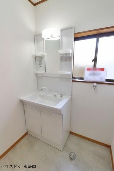 洗面化粧台 清潔な洗面化粧台です。毎日の身だしなみチェックはこちらでどうぞ。小物を置くスペースもあって使い勝手便利ですね。