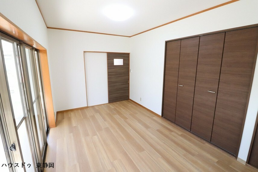 寝室 約7.5帖洋室。大きなクローゼットが付いているのですっきりと空間を使えます。窓が沢山あるので採光・風通しも良好。