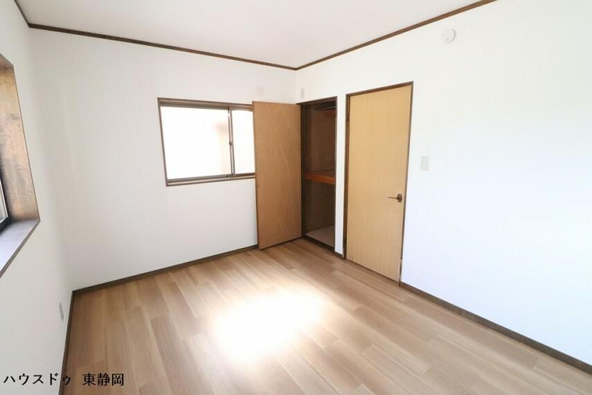 洋室 西側約6帖洋室。2面採光で明るい室内空間です。