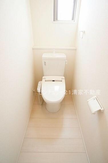 トイレ 白を基調とした、清潔感のある水廻りです。(2021年09月撮影)
