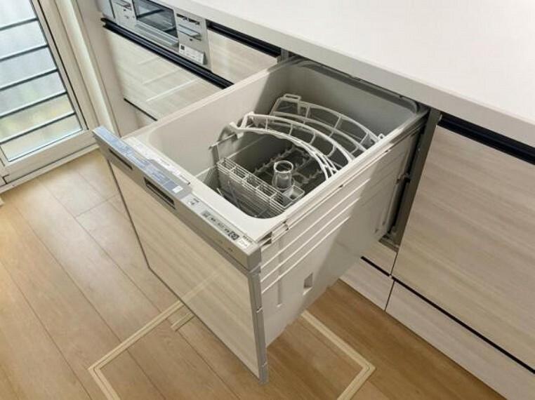 発電・温水設備 手間・時間をかけず、効率よく食器類を洗浄。家事の時間を大幅に短縮出来ます。 かつ節水効果にも優れた食洗機を標準装備。スライド式なので場所も取りません。