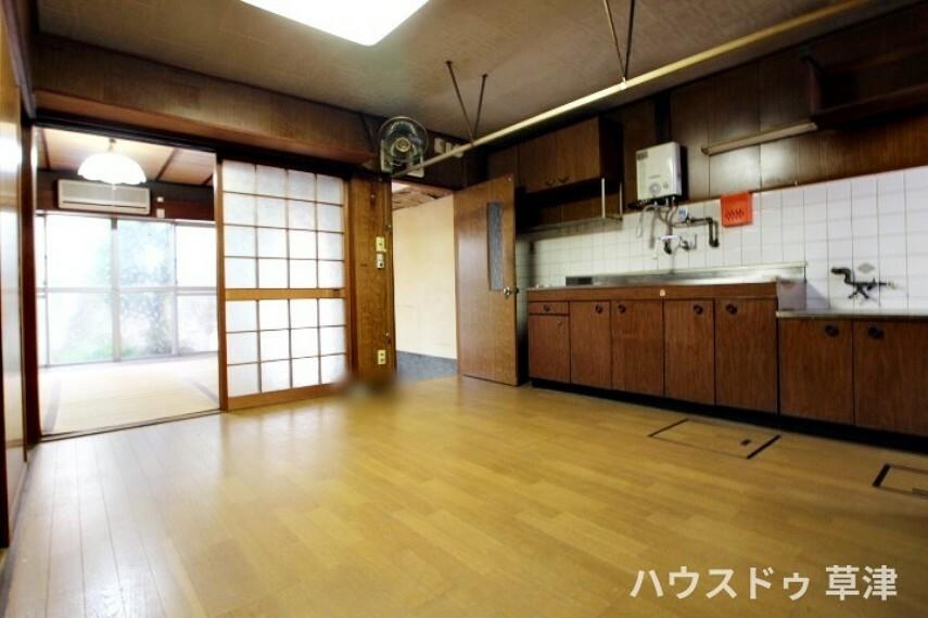 居間・リビング ダイニングキッチンはダイニングテーブルを置いてもゆとりのある広さです。