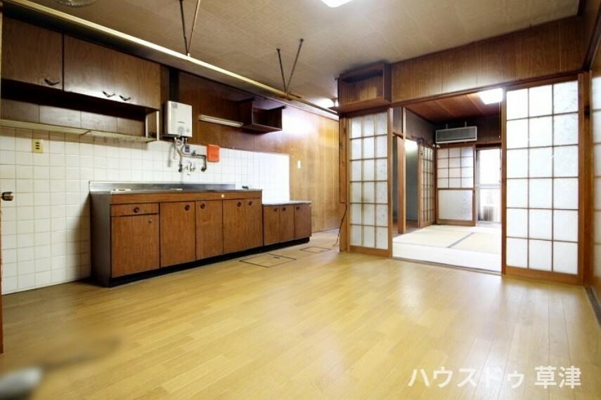 居間・リビング ダイニングに隣り合う和室を開放すれば、ゆとりのある空間になります。