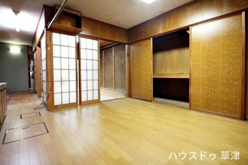 居間・リビング 廊下と縁側に囲まれた約6帖の和室は引き戸を全て取り外すと、広々とした空間が生まれます。