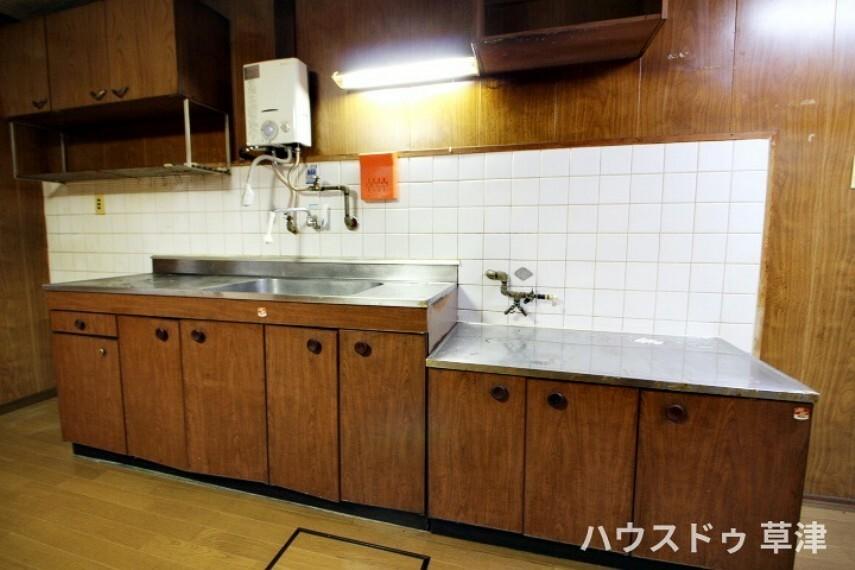 キッチン I型キッチンであれば、必要なものが横一列に並んでおり、調理中に動き回る必要がないので、効率よく料理ができますね。
